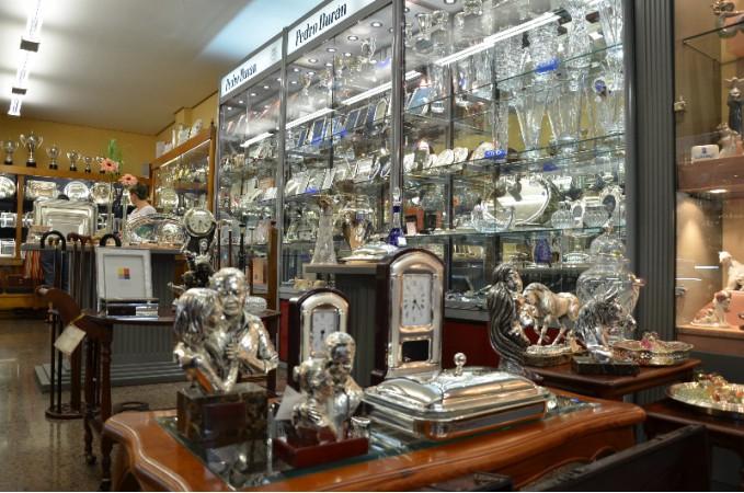 Casa Miron por dentro donde se pueden ver diferentes productos como figuras y relojes de mesa.